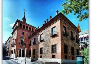 Casas Siete Chimeneas en Madrid, junto a la Plaza del Rey, famosa por sus historias de supuestos fantasmas