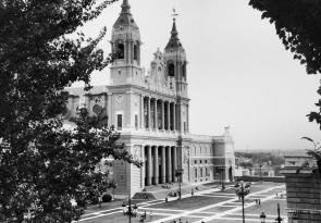Fotografía de la Catedral de la Almudena tomada desde la Calle del Factor