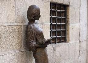 """Escultura """"Tras Julia"""" en la Calle del Pez, Malasaña"""