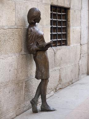 Estatua - ¿Cuánto mide la estatua de Julia? Tras-Julia