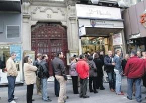 Gente haciendo cola en la antigua administración de Doña Manolita en la Gran Vía de Madrid