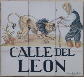 Placa identificativa de la Calle del León, en el Barrio de las Letras, Madrid