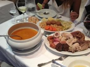 Plato de cocido madrileño con sus tres vuelcos, servido en la Taberna de la Daniela, Madrid