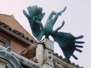 Escultura en la Calle Milaneses, esquina con Calle Mayor, en Madrid