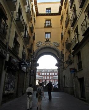 Calle de la Amargura, actualmente conocida como Siete de Julio, junto  a la Plaza Mayor de Madrid. Una calle con mucha historia y secretos.