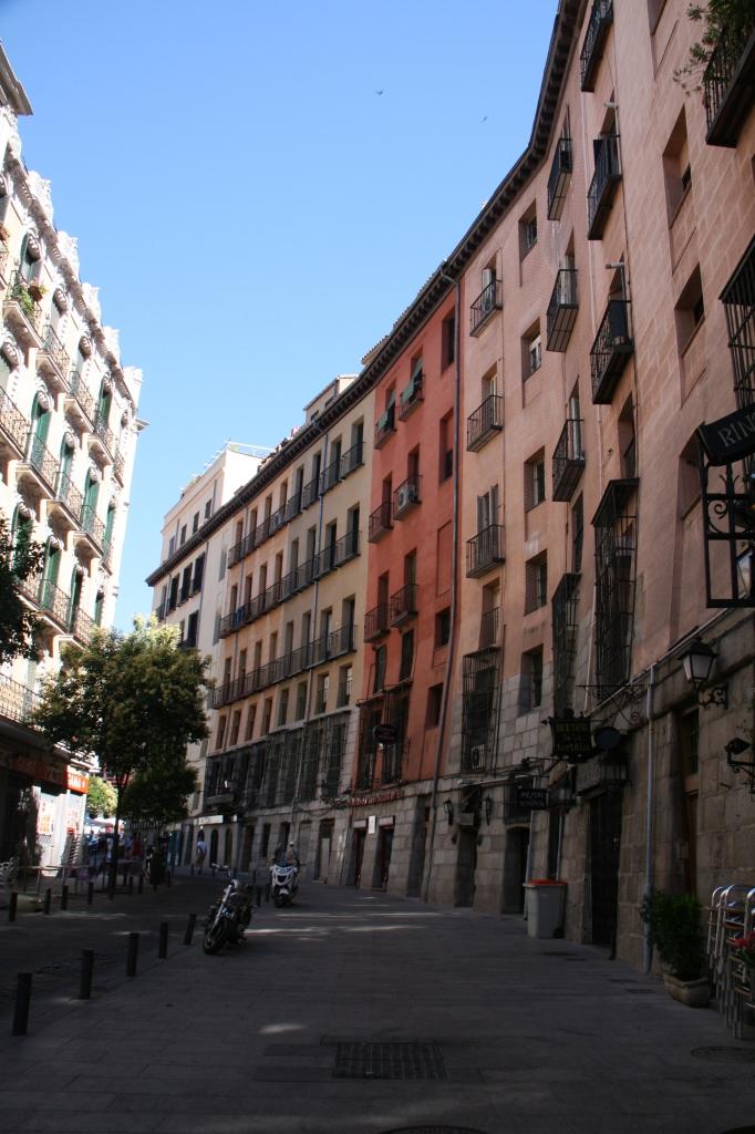 Curva apreciable en los edificios de la Cava de San Miguel, en Madrid