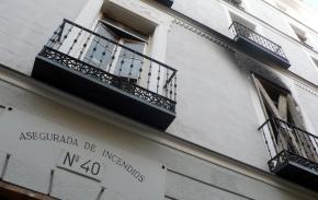 Placa identificativa en el centro de Madrid de una casa asegurada contra incendios