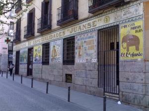 Azulejo de la Farmacia Juanse en Malasaña, Madrid