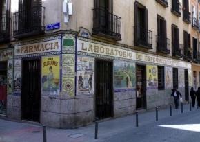 Fachada de la Farmacia Juanse, en el Barrio de Malasaña, Madrid