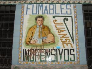 Azulejo de la Farmacia Juanse, en Malasaña, Madrid