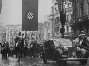 Imagen de la comitiva encargada de recoger el Embajador de Alemania en España en la Gran Vía de Madrid. Enero de 1943.