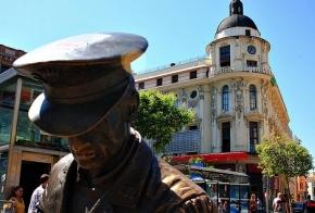 Escultura en la Plaza Jacinto Benavente, en Madrid