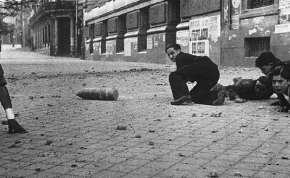 Bomba que no explotó en la Calle Alcalá, Madrid, durante la Guerra Civil