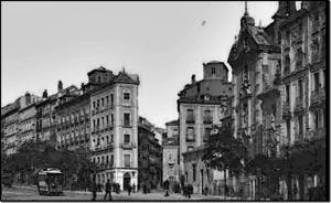 Fotografía de 1890 donde vemos la Casa del Ataúd en la actual ubicación del Edificio Metrópolis, Madrid.
