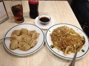 Empanadillas chinas a la plancha y arroz frito que pude degustar en el chino ubicado bajo Plaza de España, en Madrid