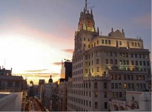 Deliciosa imagen del edificio durante el atardecer de Madrid