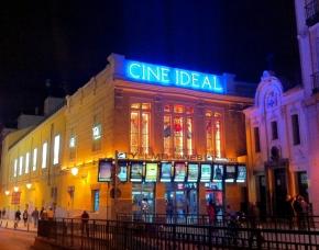 Fachada del Cine Ideal de Madrid con sus coloridas vidrieras
