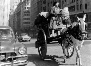 Una trapera recorre la Gran Vía de Madrid durante los años 60.