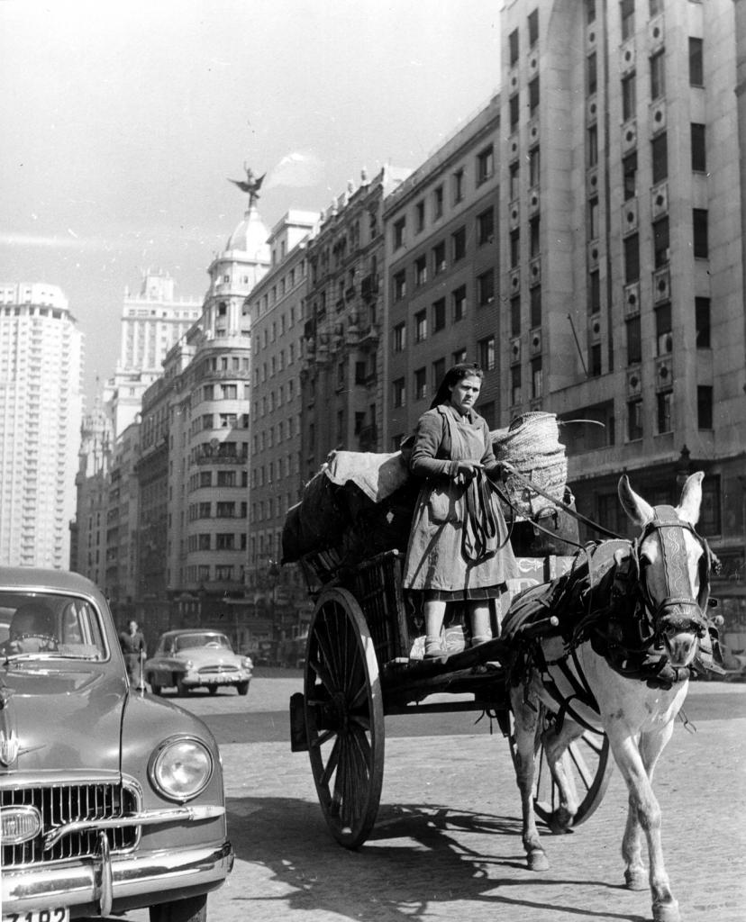 Una trapera recorre la Gran Vía de Madrid durante los años 60