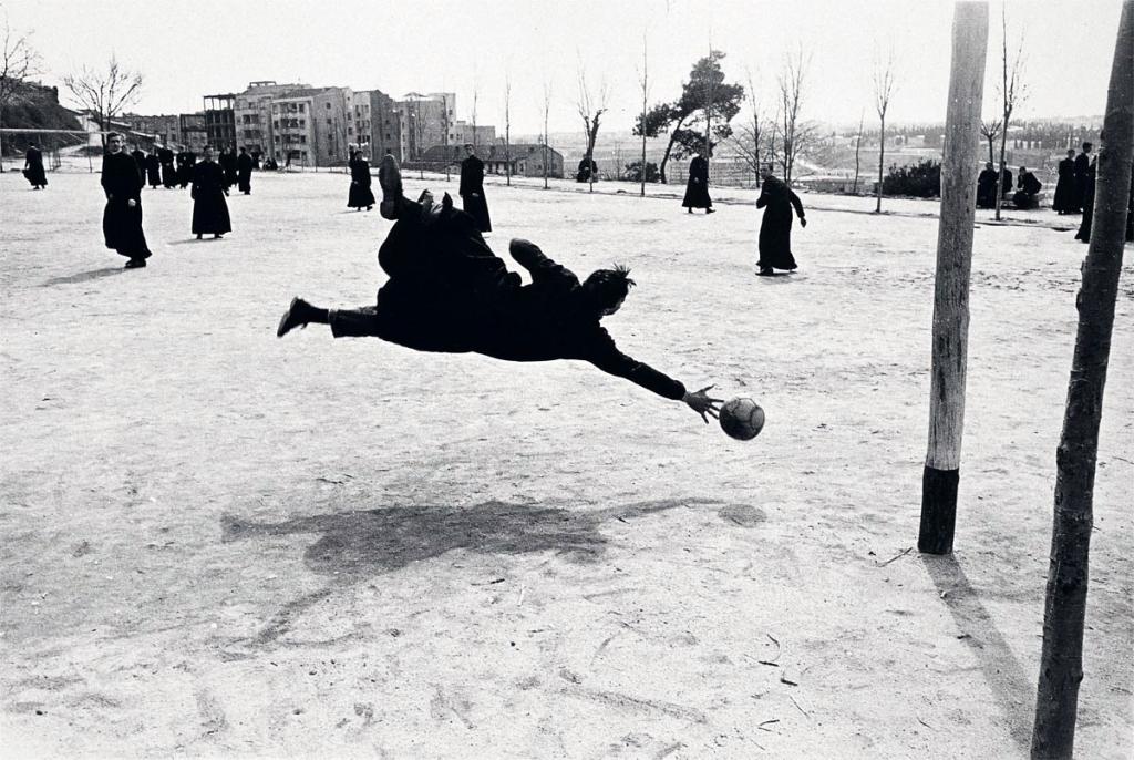 Seminaristas jugando al fútbol, Madrid, 1959