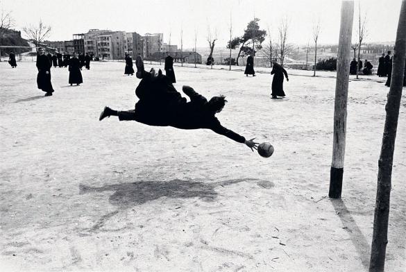seminarista jugando futbol