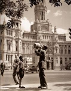 Hombre bebiendo junto a Plaza de Cibeles