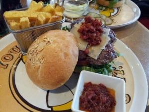 Hamburguesa del Zombie Bar en Malasaña