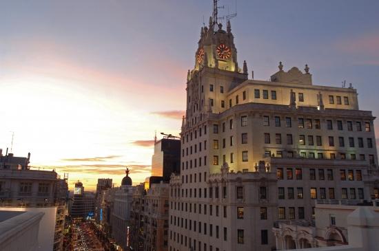 El reloj rojo del Edificio Telefónica iluminaba la noche de Madrid