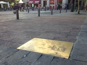 Placa en la Plaza de la Santa Cruz
