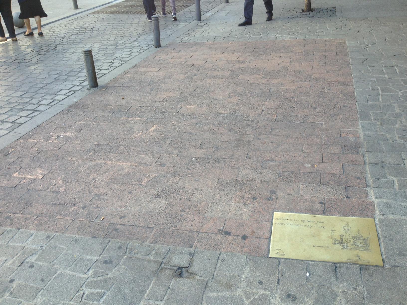 Huellas repartidas por el suelo de madrid for Suelo 3d madrid