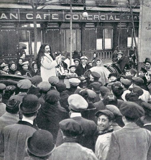 Vendedor ambulante de crecepelo en la Glorieta de Bilbao, Madrid, en 1910