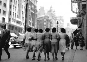 Chicas caminando por la Gran Vía, obra de Catalá Roca