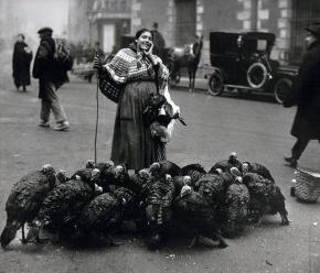 Vendedora de pavos, Madrid, 1925. Foto de Alfonso Portela.