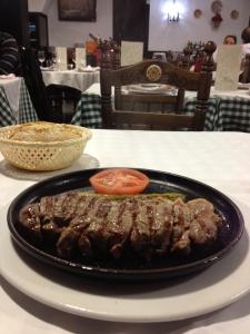 Lomo de buey trinchado servido sobre plato-plancha, en la Bulería, Madrid