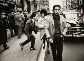 Un chico piropea a una chica en la calle, en el año 1960.