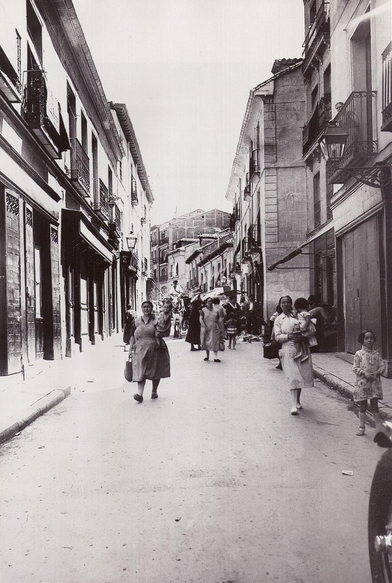 Una escena cotidiana en la Cava Alta, en 1930, Madrid.
