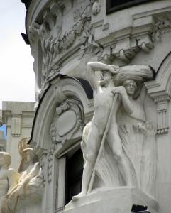 Escultura en el Edificio Metrópolis de Madrid