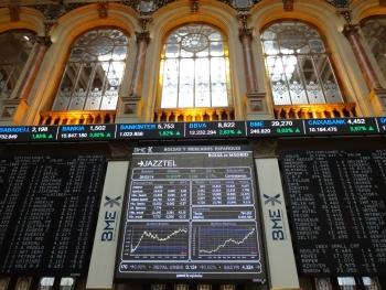 Paneles de la bolsa en el Palacio de la Bolsa en Madrid