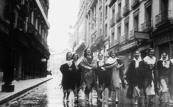 Jóvenes de camino a la Verbena de San Isidro en Madrid