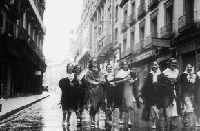 Jóvenes de camino a la Verbena de San Isidro, en Madrid