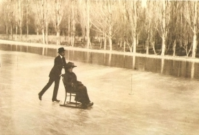 Alfonso XIII y Victoria Eugenia patinando en la Casa de Campo, Madrid