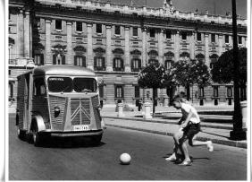 Niños jugando en la Plaza de oriente 1969, en Madrid