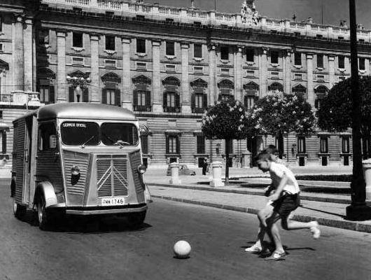 Niños jugando en la Plaza de oriente 1969, Madrid