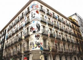 Todo es felicidá, fachada pintada por Jack Babiloni en Madrid