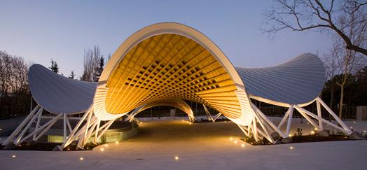 Auditorio Parque El Paraíso iluminado, en Madrid