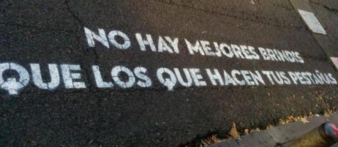 Mensaje en un paso de cebra de Madrid