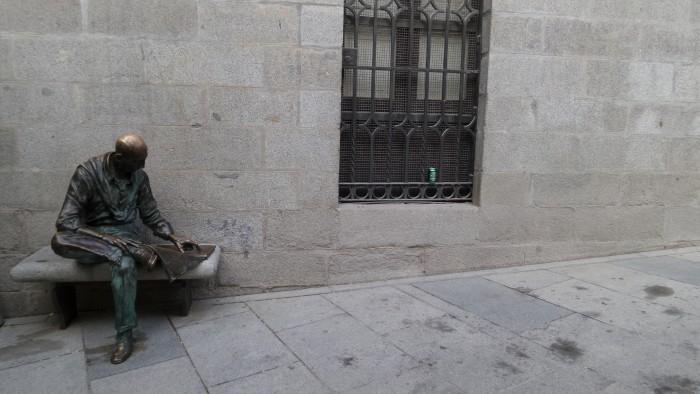 Hombre sentado, de Félix Hernando., en Madrid