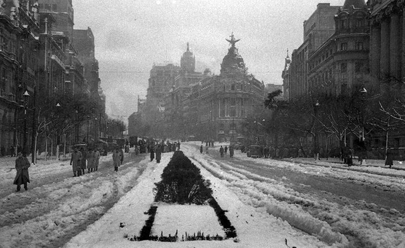 Calle Alcalá nevada, 1950, Madrid. (Foto de Campúa)