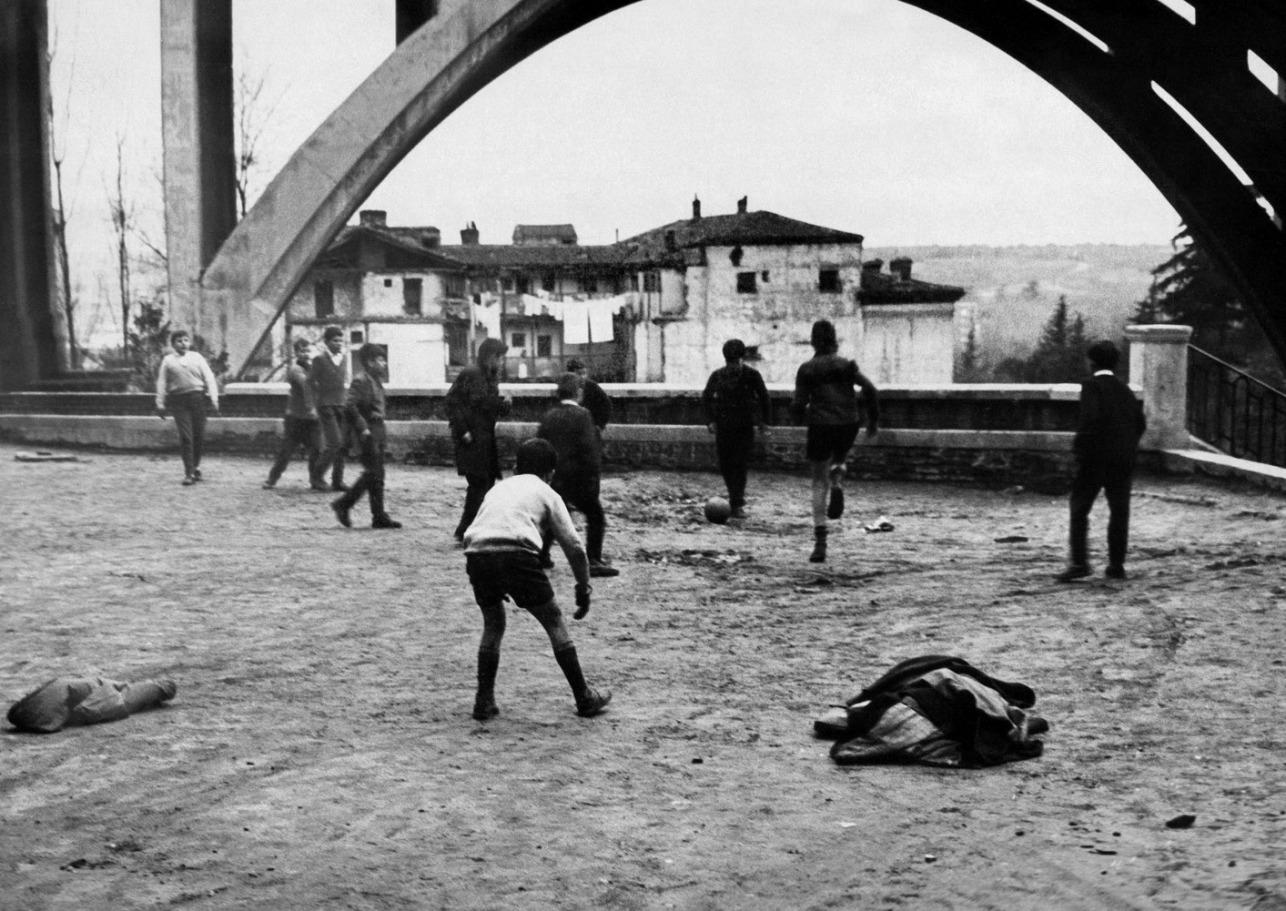 Niños juegan a fútbol junto al Viaducto, 1965, Madrid
