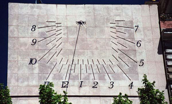 Reloj solar en la Plaza del Rey, Madrid